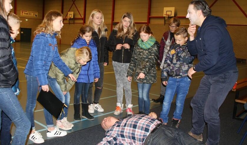 <p>Groep kinderen bij slachtoffer. (foto: Hans Driessen)</p>