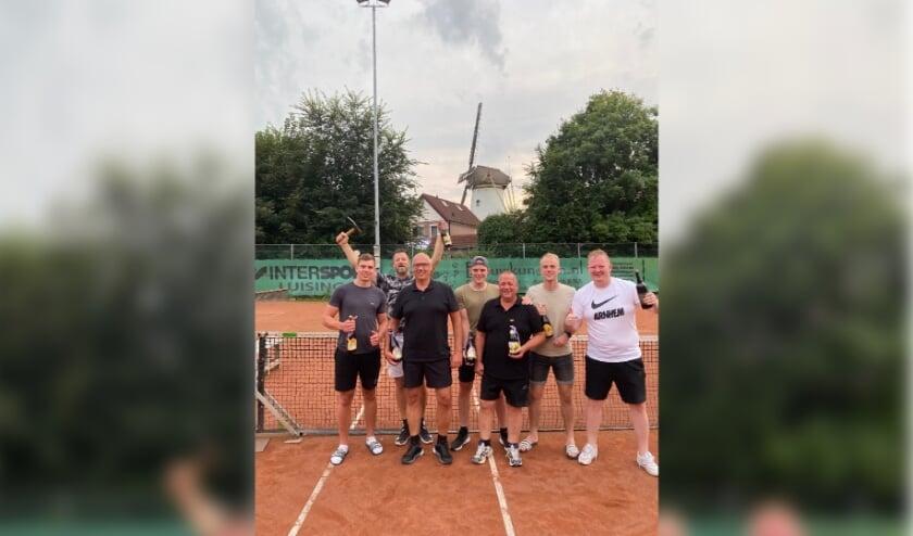 <p>De trotse winnaars van deze mooie dag. Van links naar rechts: Devin Jansen, Bas van Uhm, Marco Heijmen, Sjoerd Visser, Harrie Jansen, Jelle Fransen en Marc Sommers.<br>(foto: Jos Jansen)</p>