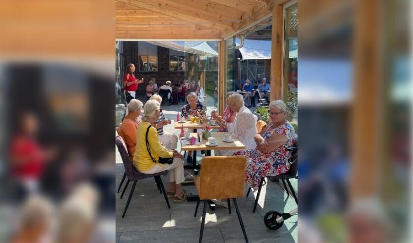 <p>Bezoekers die heerlijk genieten van een ijsje. (foto: Hester van Aalst)</p>