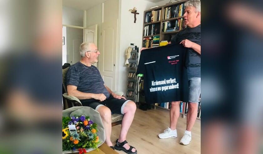Stoppende teamleider Geert Berends ontvangt T-shirt.