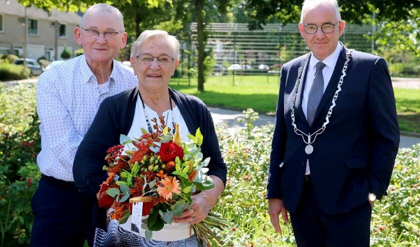 <p>Echtpaar Van Stralen met logo-burgemeester Nees van Wolfswinkel. (foto: 3JetFotografie Ochten)</p>