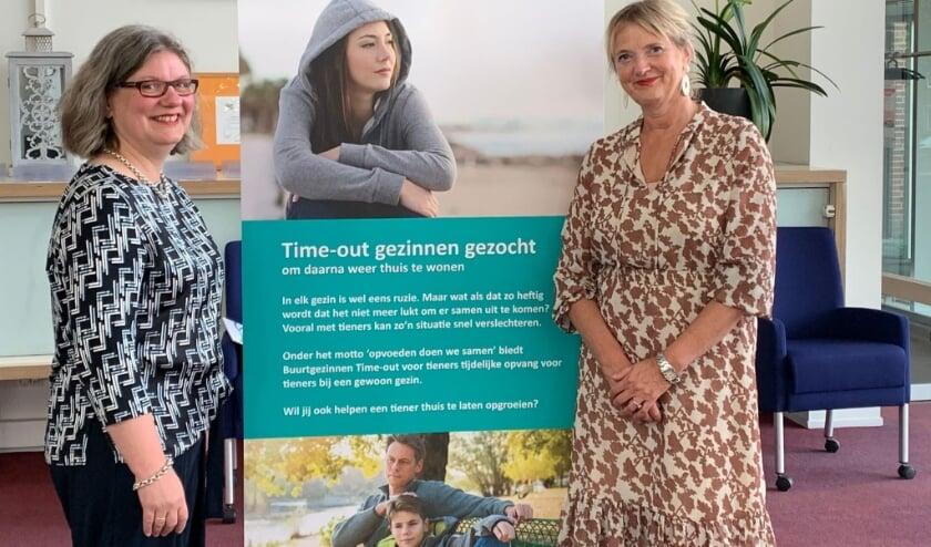 <p>Wethouder Jolanda de Heer en Leontine Bibo, directeur Buurtgezinnen. (foto: gemeente Rhenen)</p>