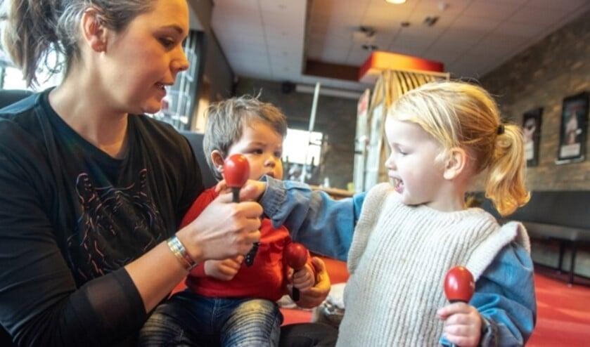 Samen met je (klein)kind ga je dansen en liedjes zingen, met instrumenten spelen en muziekspelletjes doen.