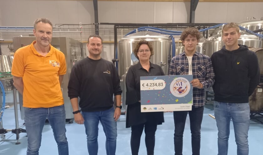 <p>Wilbert van Kika, Brouwer Roland Boschman, Luuks moeder Nancy en twee vrienden van Luuk: Justin en Bob. (foto: Joop Verstraaten)&nbsp;</p>