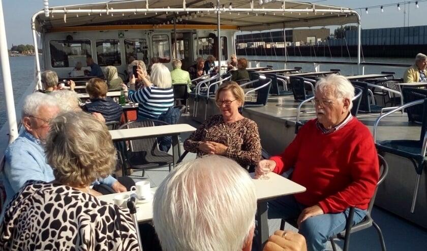 <p>Genieten van de zon aan dek tijdens de boottocht op 22 september 2021. (foto: Hennie Bakker)</p>