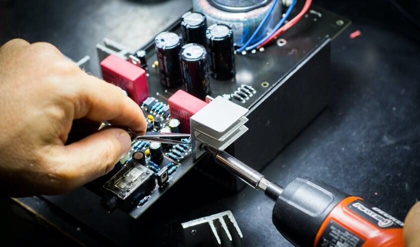 <p>Sleutelen aan apparaten, dat doen ze bij het Repaircaf&eacute;. (foto: Blaz Erzetic/Unsplash)</p>